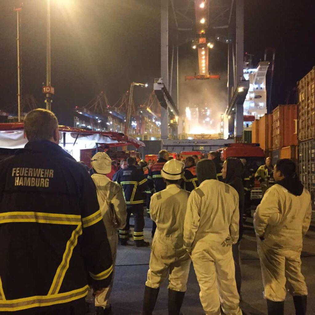 """FF Sasel beim brennenden Containerschiff """"CCNI Arauco"""" im Hamburger Hafen"""
