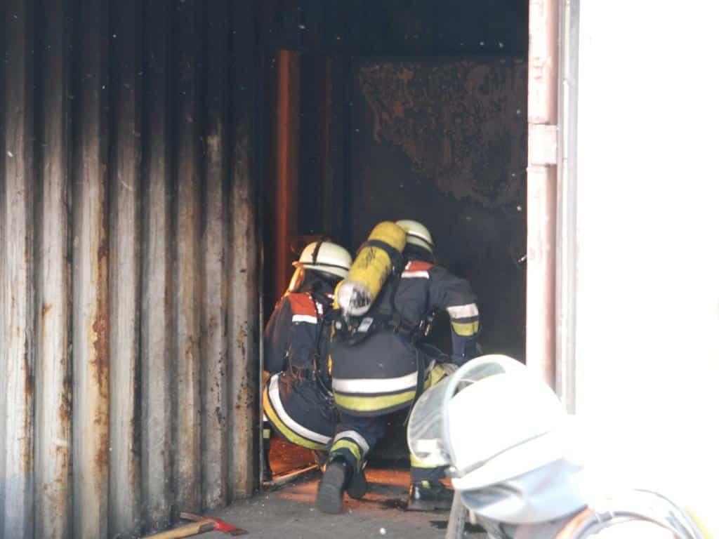 Erlernen von Löschtechniken im Innenangriff an der Feuerwehrakademie